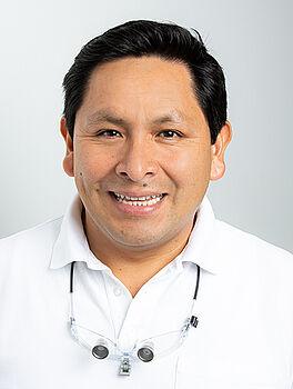 Herr Roberto Carlos Manco, Facharzt für Oralchirurgie, M.Sc in oraler Implantologie und Parodontologie